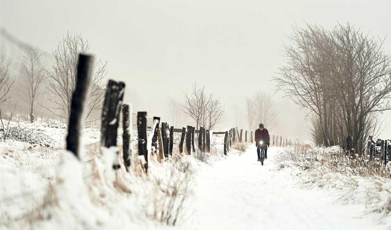 Der Junge muss von der Strasse Kurzclip, radfahren im Schnee, Rezension